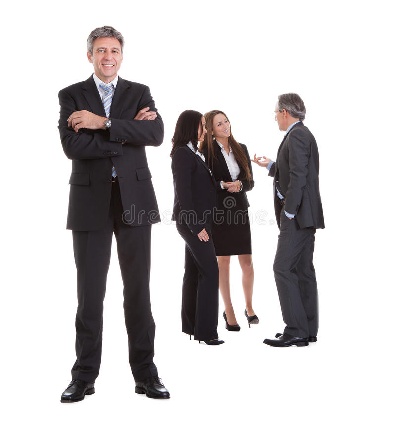 Biznesmen pozycja przed jego kolegami fotografia stock