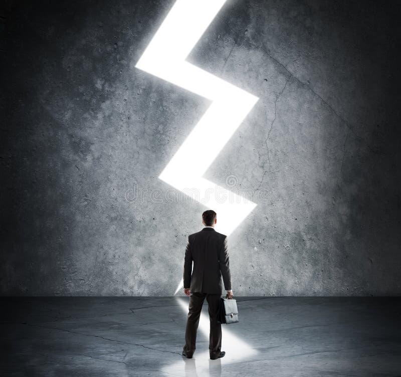 Biznesmen pozycja w świetle błyskawica znaka zdjęcie stock