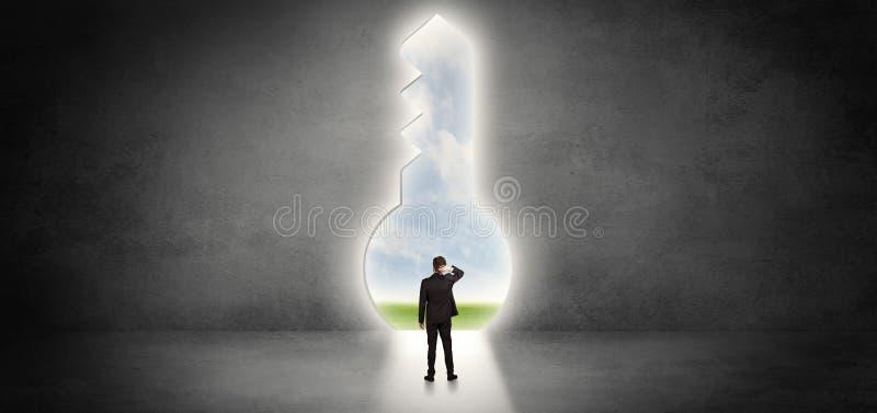 Biznesmen pozycja w du?ym keyhole zdjęcie stock