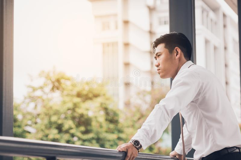 Biznesmen pozycja z outside firmą i przyglądającą przyszłością zdjęcia royalty free