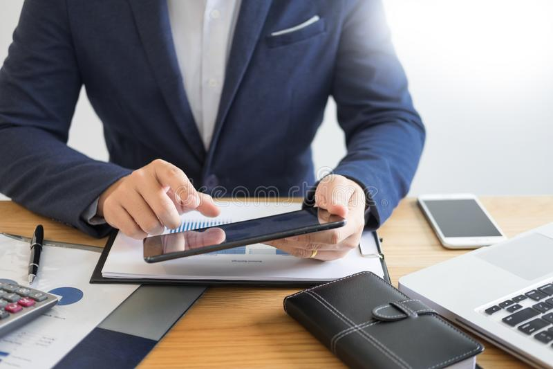 Biznesmen praca na biurko biurowej biznesowej pieniężnej analizie sporządza mapę lub wykresy rozlicza kalkulatorską bugget pienią zdjęcia stock
