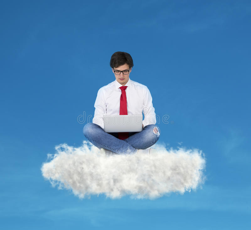 Biznesmen pracuje na chmurze obraz stock