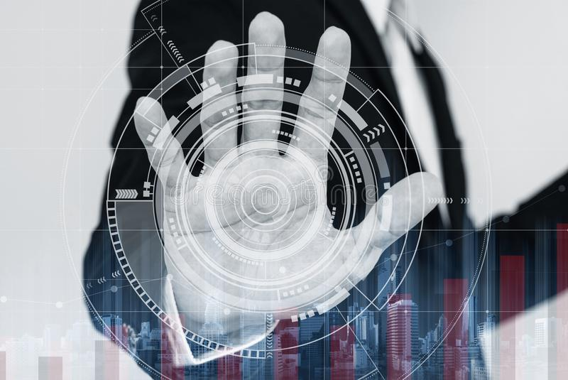Biznesmen pracuje na cyfrowym wirtualnym interaktywnym ekranie z dźwiganie wykresem, zdjęcia royalty free