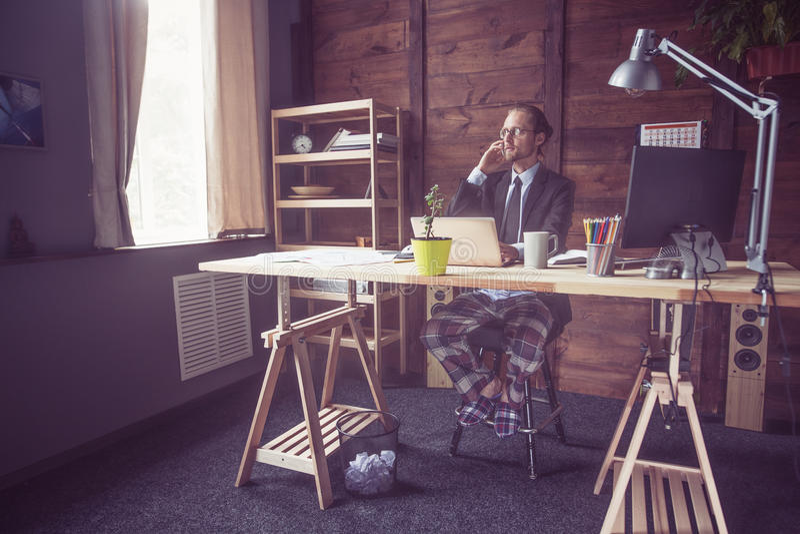 Biznesmen pracuje na freelance w domu obrazy royalty free