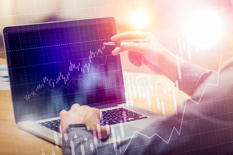 Biznesmen pracuje na globalnej pieniężnej handlarskiej wzrostowej analizy strategii używać laptop Nowożytna biznesowa innowacja obrazy royalty free