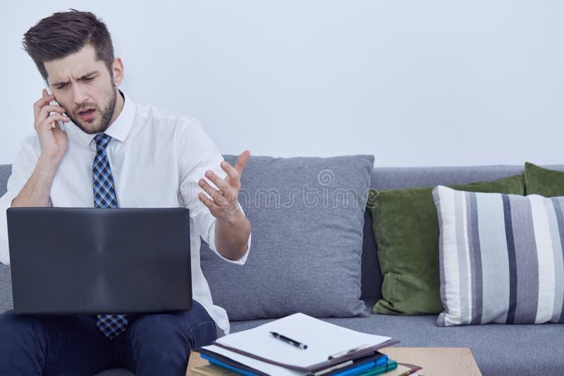 Biznesmen pracuje na kanapie obraz stock