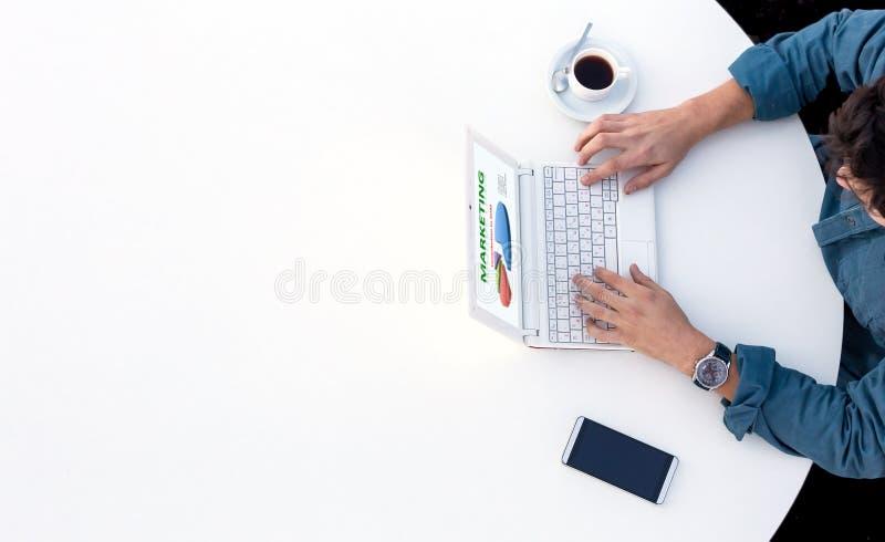 Biznesmen Pracuje na komputerze przy Biurowym Białym Round stołem obrazy royalty free