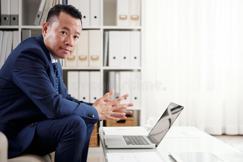 Biznesmen Pracuje Na laptopie Przy biurem zdjęcia royalty free