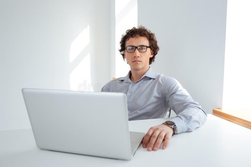 Biznesmen pracuje na laptopie w biurze obraz royalty free