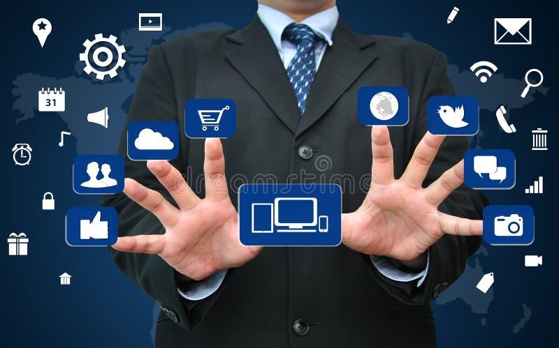 Biznesmen pracuje na ogólnospołecznym medialnym ikony pojęciu ilustracji