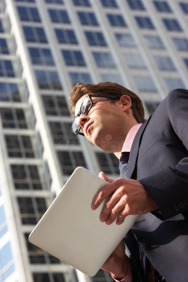 Biznesmen Pracuje Na pastylka komputerze Na zewnątrz biura obraz royalty free