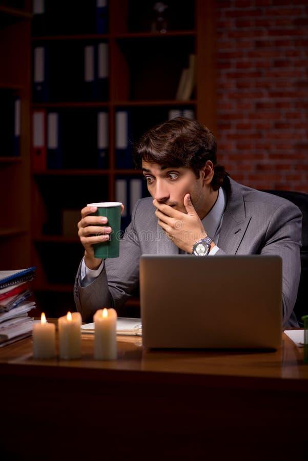 Biznesmen pracuje póżno w biurze z świeczki światłem fotografia royalty free
