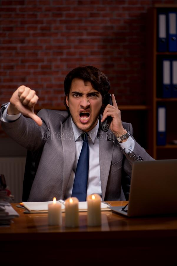 Biznesmen pracuje póżno w biurze z świeczki światłem zdjęcie royalty free