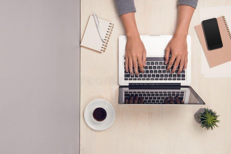 Biznesmen pracuje przy biurowym biurkiem i używa laptop, odgórny widok zdjęcia stock