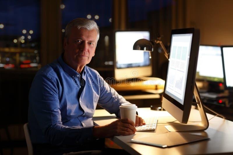 Biznesmen pracuje przy nocą obraz stock