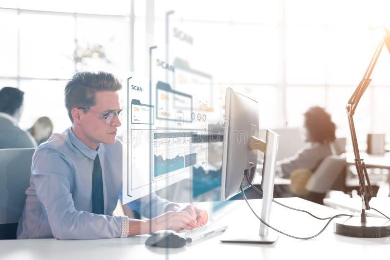 Biznesmen pracuje używać komputer w początkowym biurze obraz royalty free