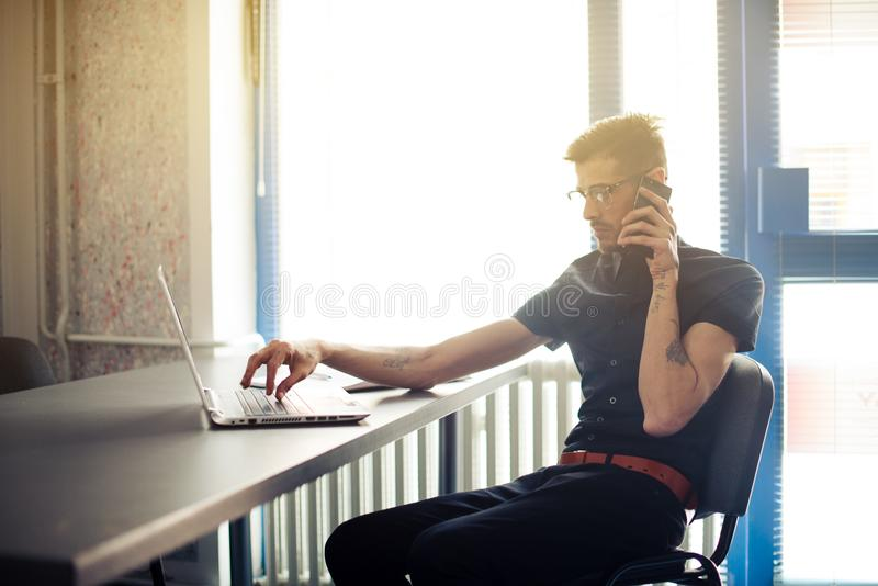 Biznesmen pracuje w biurze wcześnie w ranku zdjęcia stock