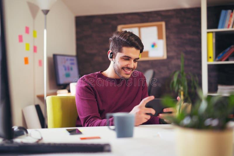 Biznesmen pracuje w jego biurze używać cyfrową pastylkę zdjęcie royalty free