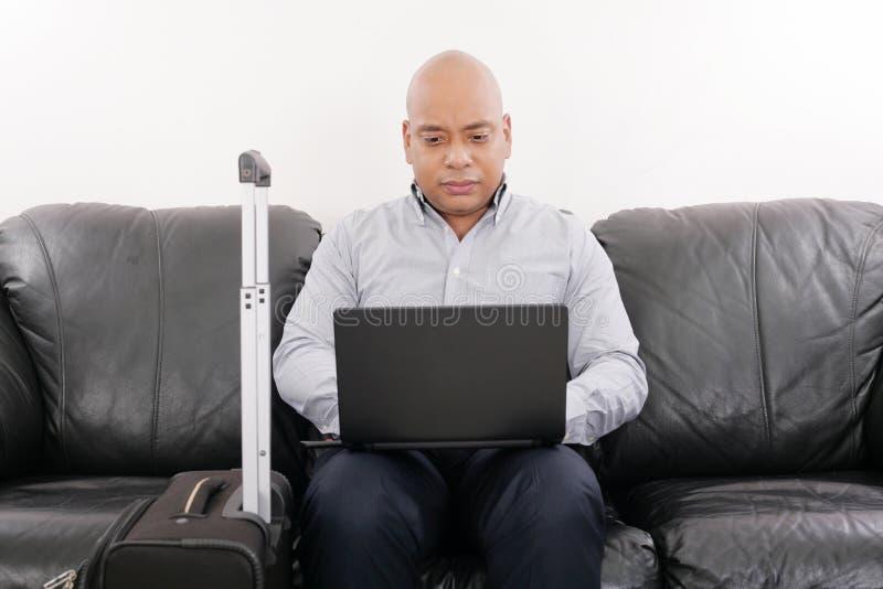 Biznesmen pracuje w lotniskowym vip holu zdjęcia royalty free