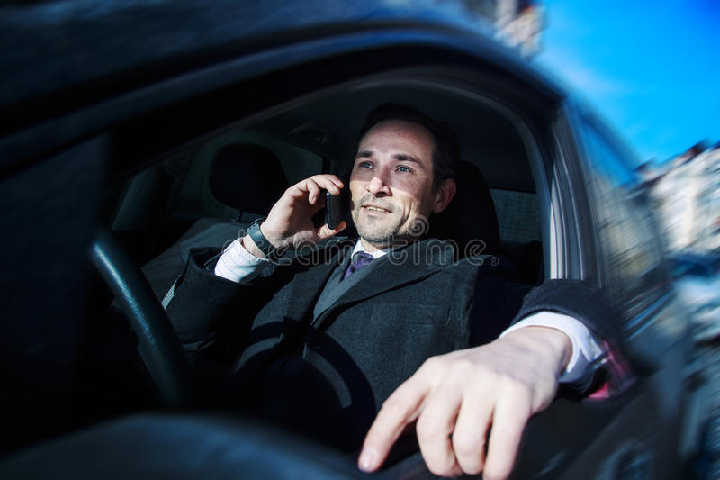 Biznesmen pracuje w samochodzie, dzień, plenerowy zdjęcie stock