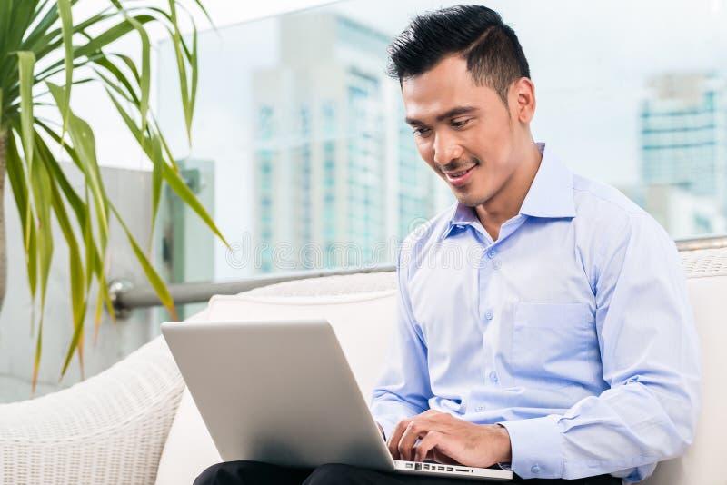 Biznesmen pracuje z laptopem od domu obrazy stock