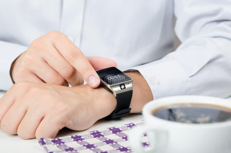 Biznesmen pracuje z mądrze zegarkiem w restauraci zdjęcia royalty free
