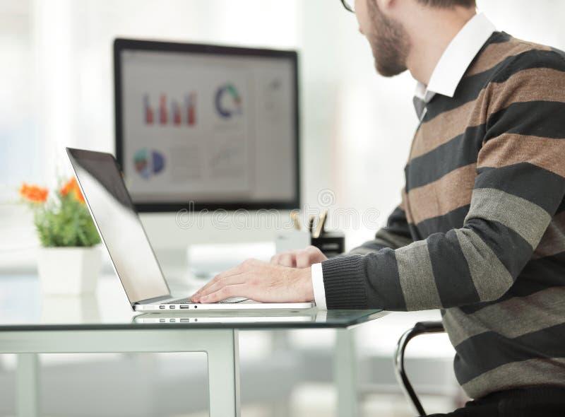 Biznesmen pracuje z projekt statystyk dane, używać laptop obraz stock