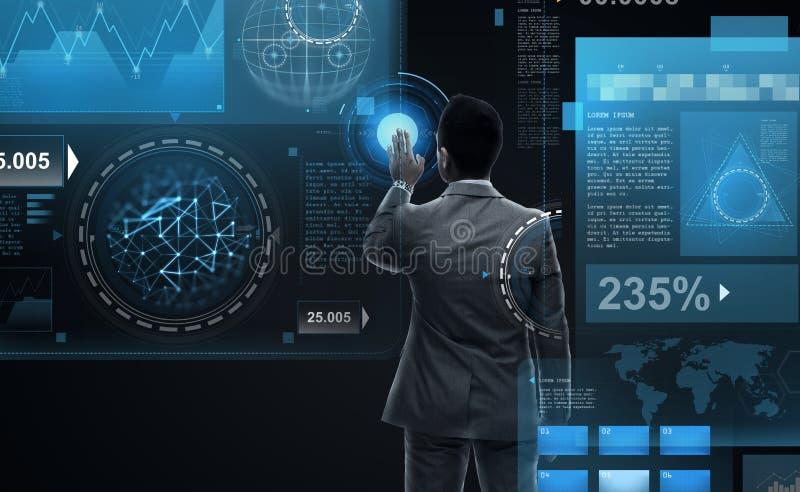 Biznesmen pracuje z rzeczywistość wirtualna ekranami obrazy stock