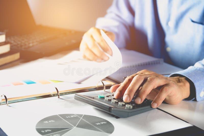 Biznesmen proces i używa kalkulatora tła biznesmena telefon komórkowy laptopu biel działanie zdjęcia royalty free