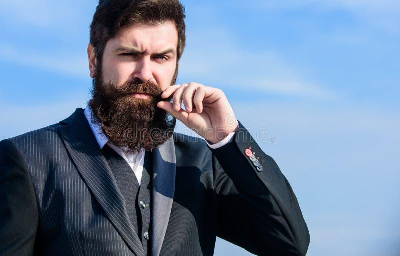 Biznesmen przeciw niebu przyszły sukces Męska formalna moda Dojrzały modniś z brodą brodaty mężczyzna brutalny obraz stock
