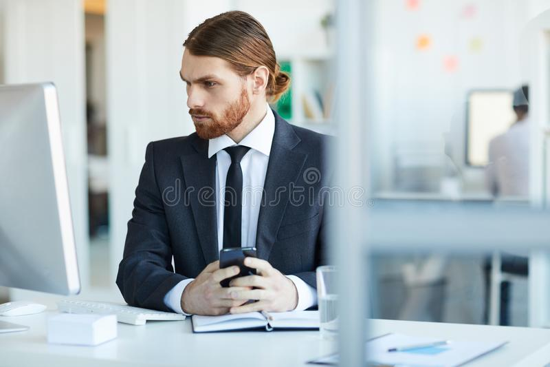 Biznesmen przed komputerem obraz stock