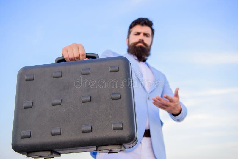 Biznesmen przedstawia biznesową skrzynkę Przedsiębiorca oferty łapówka Bezprawny dylowy biznes Modniś twarzy brodaty chwyt obrazy stock