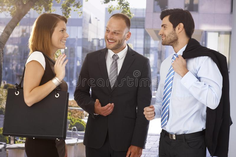 Biznesmen przedstawia nowego partnera kolega obrazy royalty free