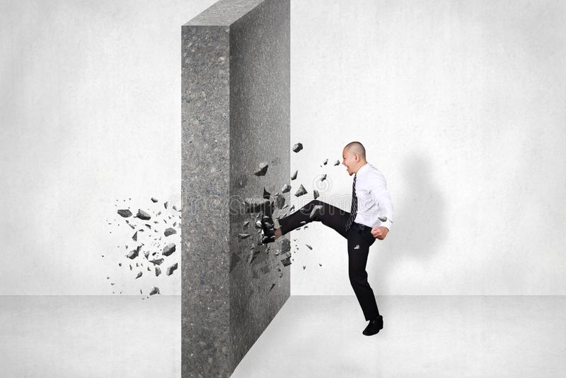 Biznesmen przerwy ściana przeszkoda Biznesowy wyzwanie Conquerin obrazy royalty free