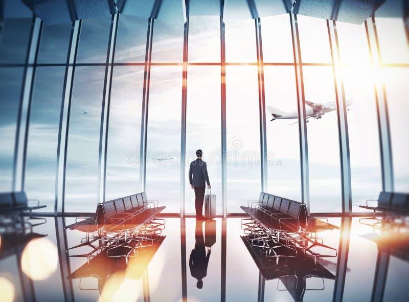 Biznesmen przy lotniskiem blisko okno obraz royalty free
