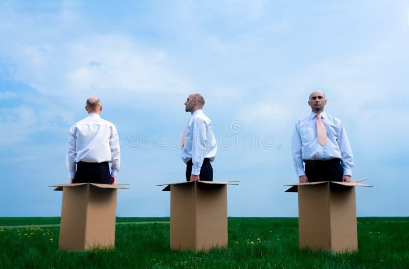 biznesmen pudełko na zewnątrz obraz stock