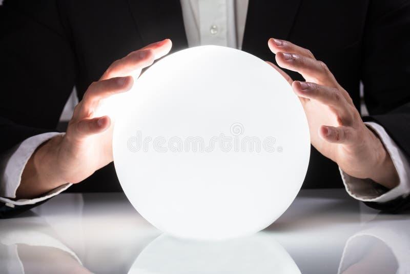 Biznesmen ręka Na kryształowej kuli zdjęcie royalty free