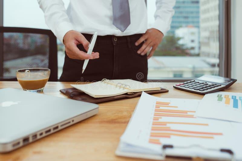 biznesmen ręka pracuje z finansami o koszcie i kalkulatorze zdjęcie stock