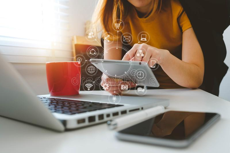 Biznesmen ręka pracuje z finansami o koszcie, kalkulator i laptop obraz royalty free