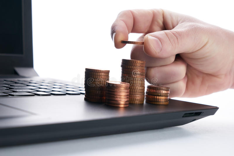 Biznesmen ręka stawia złocistą monetę na stercie monety obraz royalty free