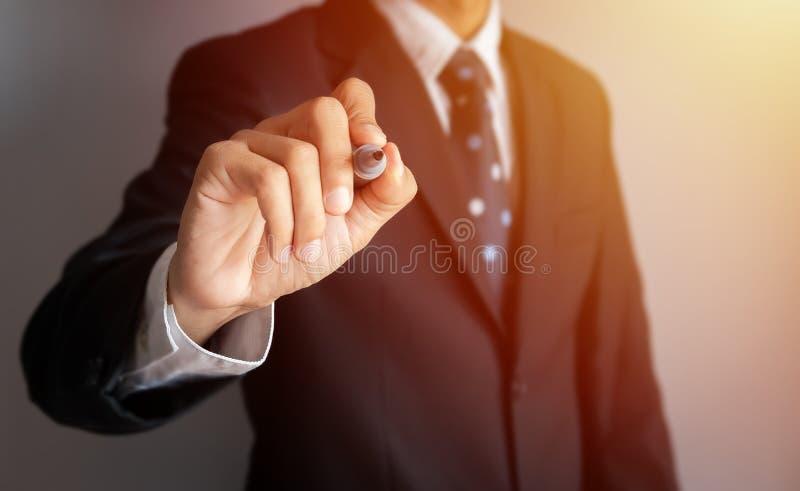 Biznesmen ręka trzyma czarnej magii pióro pisze coś z wirtualnym pustym przejrzystym whiteboard ekranem z kopii przestrzenią obrazy stock