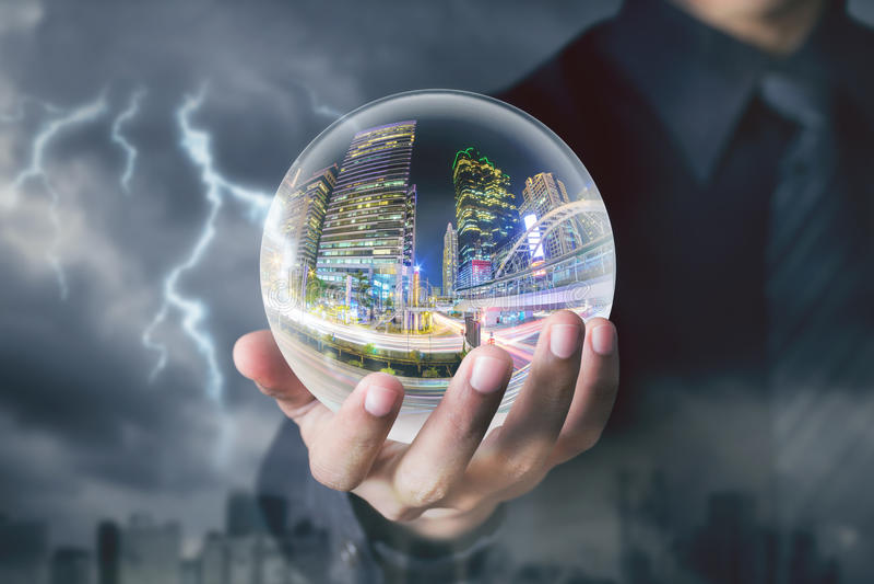 Biznesmen ręki chwyta kryształowa kula z miasto nocą inside zdjęcie stock