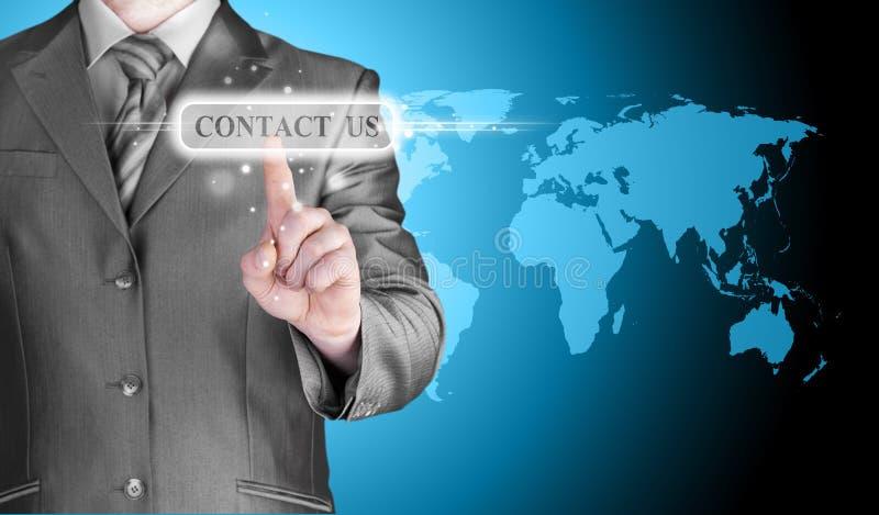 Biznesmen ręki dosunięcia kontakt my guzik obraz stock