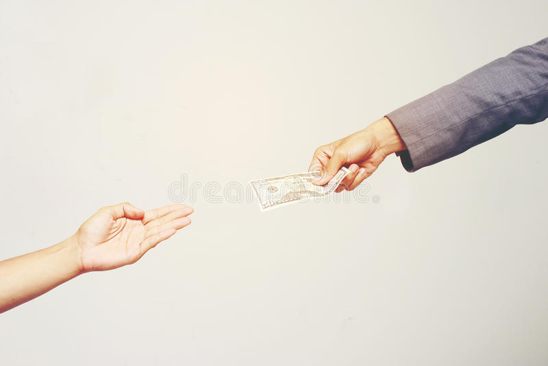 Biznesmen ręki mienia dolar amerykański, USD rachunki oferta banknotu dolarowy pieniądze i dawać pieniądze, Płacili dla Coś obok  obrazy royalty free