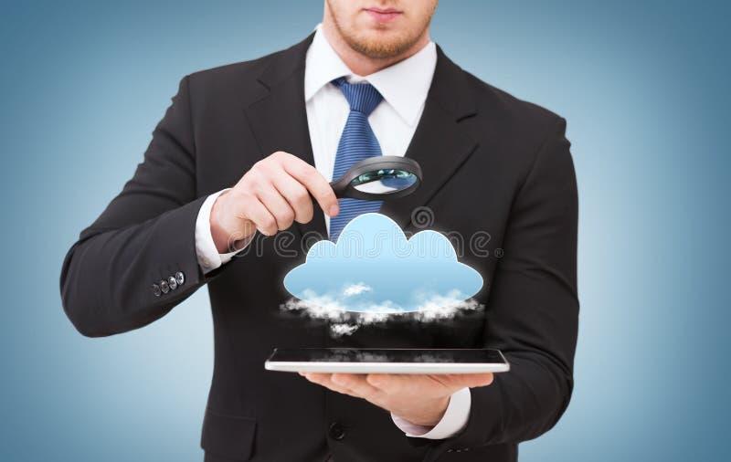 Biznesmen ręki mienia magnifier nad pastylka komputerem osobistym zdjęcia stock