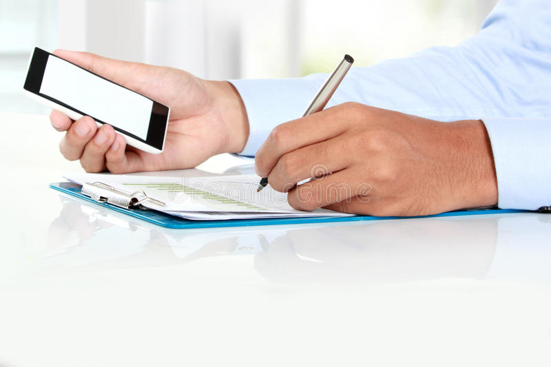 Biznesmen ręki mienia mobilny mądrze telefon z pustym ekranem zdjęcie stock