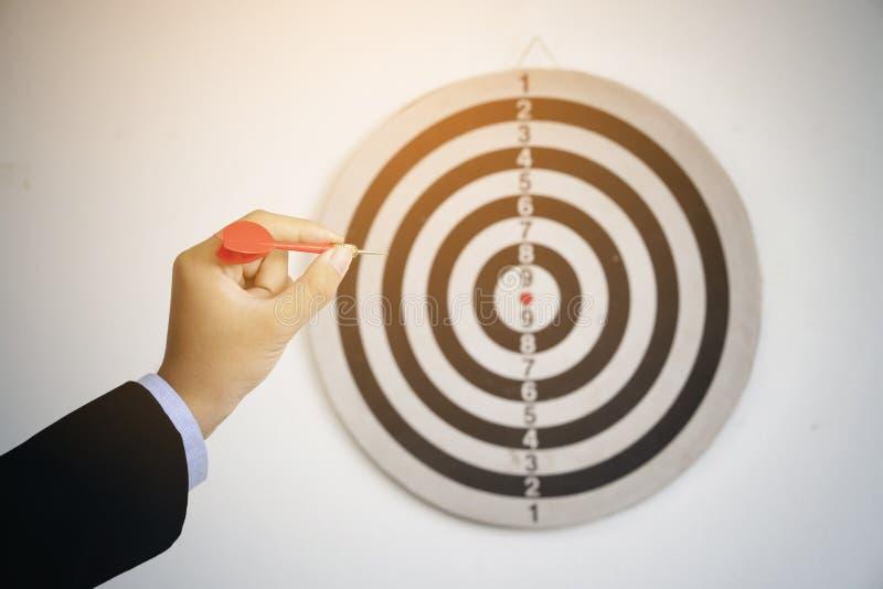 Biznesmen ręki mienia strzałki strzała obraz stock