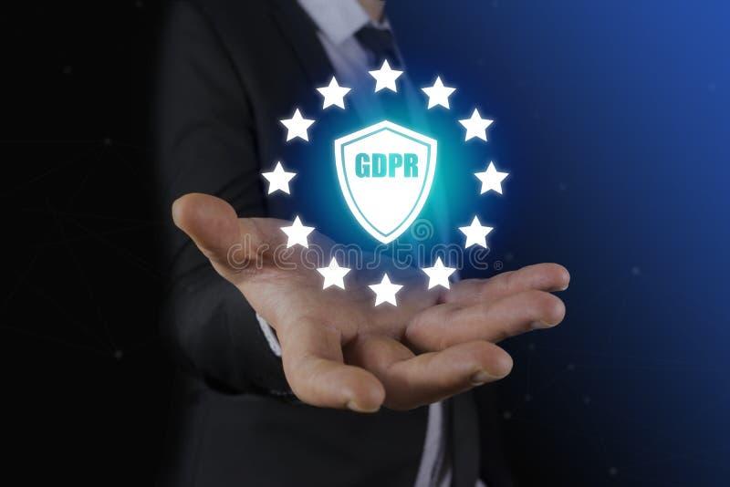 Biznesmen ręki mienia znaka ogólnych dane ochrony przepis GDPR i osłona z GDPR inskrypcją zdjęcia stock