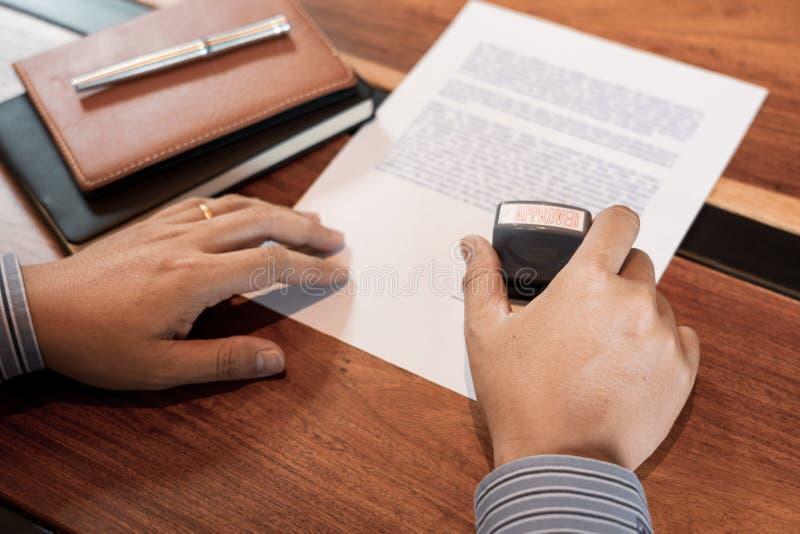 Biznesmen ręki notariusza społeczeństwa ręki atramentu stemplówki cechowania appoval foka Na Zatwierdzonym kontrakt formy dokumen fotografia royalty free