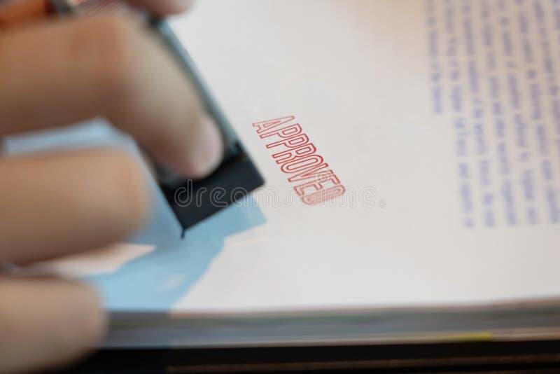 Biznesmen ręki notariusza społeczeństwa ręki atramentu stemplówki cechowania appoval foka Na Zatwierdzonym kontrakt formy dokumen zdjęcia royalty free
